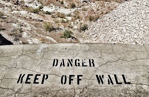 Painted_sign_on_concrete_wall_at_the_Hoover_Dam_(28849021943)